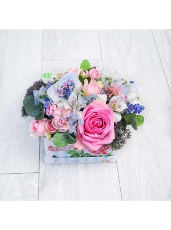 """Цветы в коробке с макарон """"Клеменс"""""""