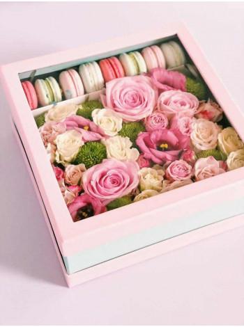 """Цветы в коробке с макарон """"Клубника со сливками"""""""