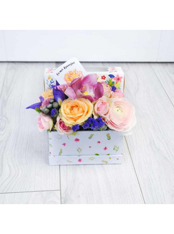 "Цветы в коробке с макарон ""Сабина"""