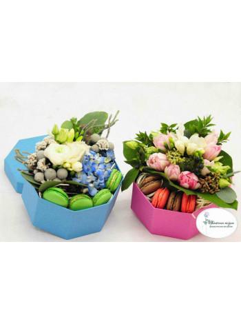 Цветы в коробке с макарон Сладкие мгновения