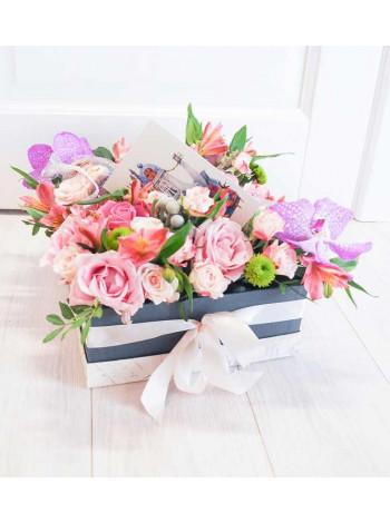 Цветы в коробке с макарон «Сиреневый туман»